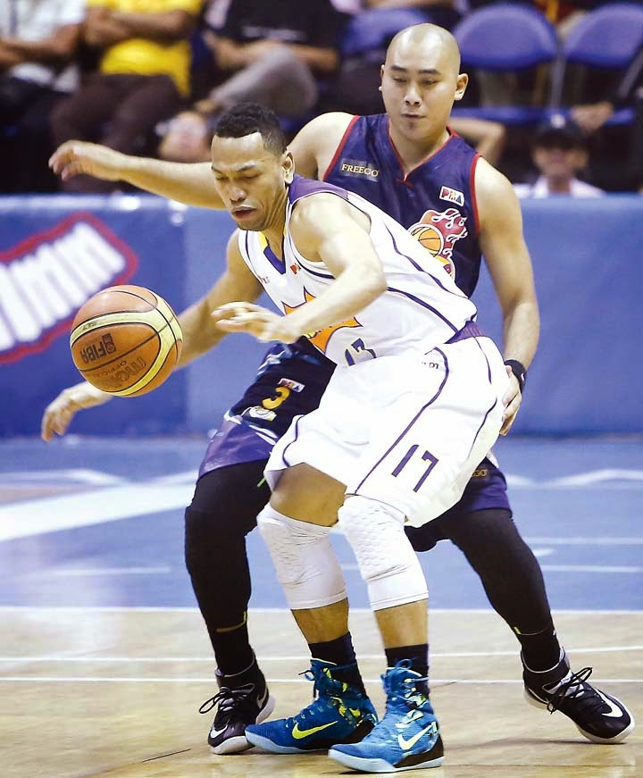 Philipines' finest guards. Jason Castro and Paul Lee guard each other