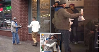 Άστεγος επέστρεψε σε περαστικό το πορτοφόλι που του έπεσε και έδωσε όλη την αμοιβή του για να αγοράσει φαγητό σε άλλους άστεγους!!!