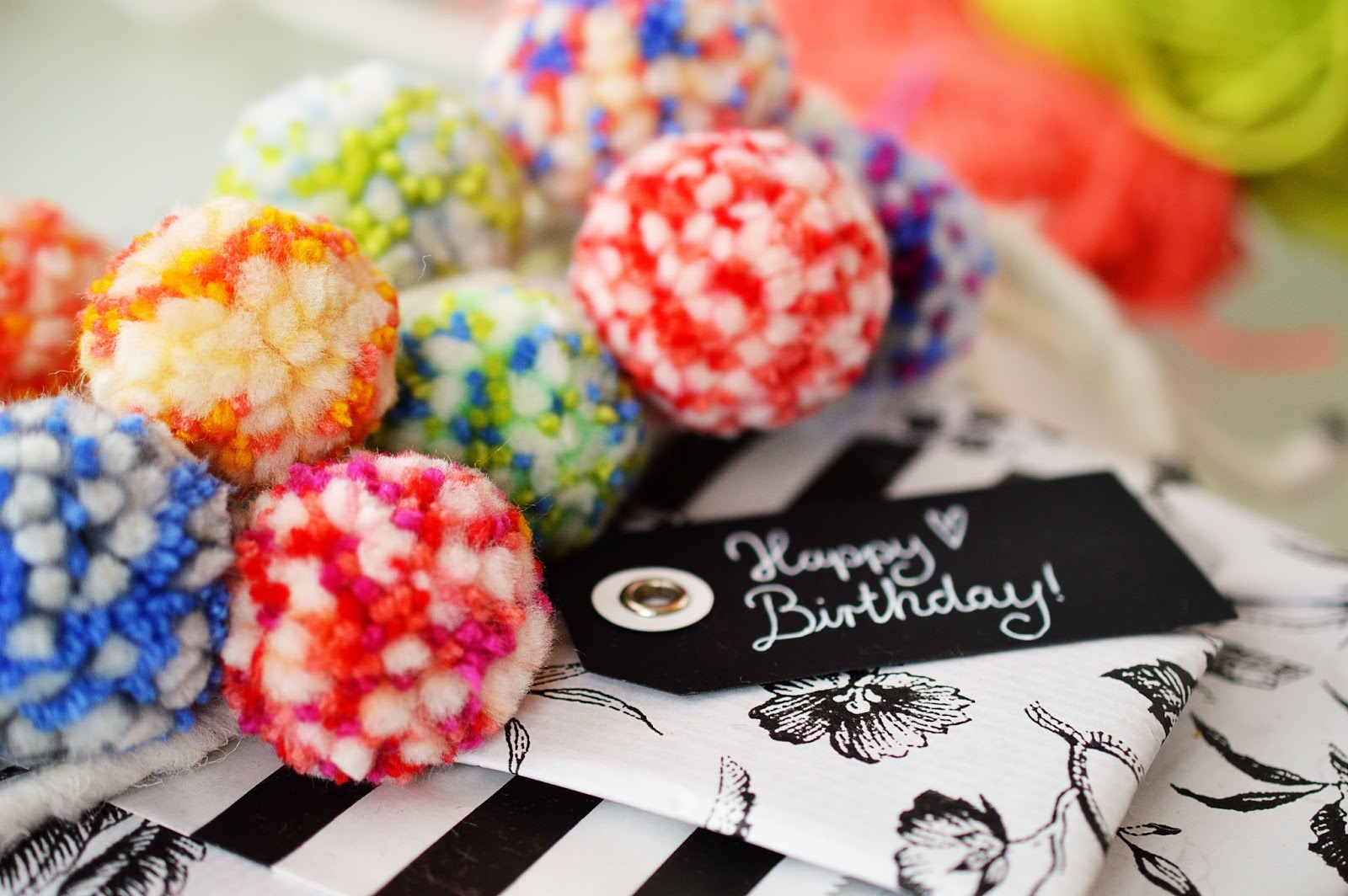 DIY Pom Pom Garland Gift Wrapping | Motte's Blog