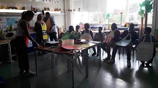 Professores e alunos convivem e participam numa atividade