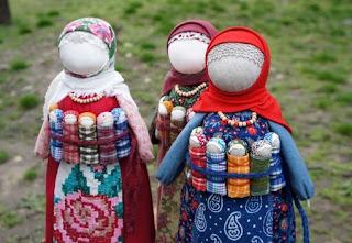 Славянские куклы-обереги: обо всех понемногу (часть 2 ) http://prazdnichnymir.ru/ куклы обережные, куклы славянские, традиции славянские, куклы, поверья народные, магия народная, куклы народные, куклы обрядовые, обереги своими руками, обереги для дома, обереги для семьи, обереги на благополучие, куклы праздничные, рукоделие, творчество народное, культура народная, культура славянская, обереги славянские, куклы своими руками, мастерим с детьми, коллекция, энциклопедия Краткая, Зерновушка, Малненица, Берегиня, Кукла на беременность, Метлушка, Лихоманки, Баба Яго, Столбушка, Радуница, Благополучница, Подорожница, Желанница, Ангел, Жаворонки, Счастье, Ярило, Зайчик-на-пальчик, куклы из ниток, куклы тряпичные, куклы-мотанки, куклы-скрутки,