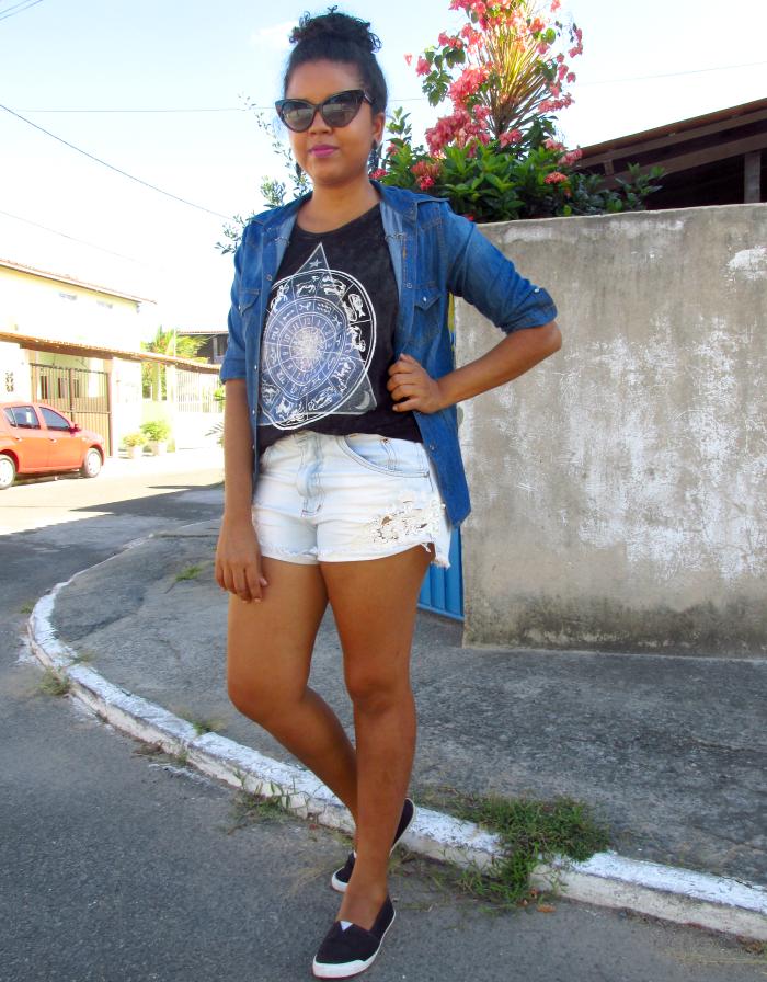Camisa jeans, short jeans, óculos gatinho