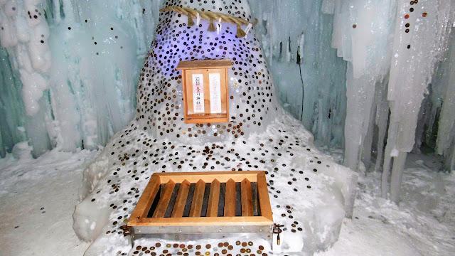 北海道 層雲峡氷爆まつりの氷爆神社でお賽銭入れる