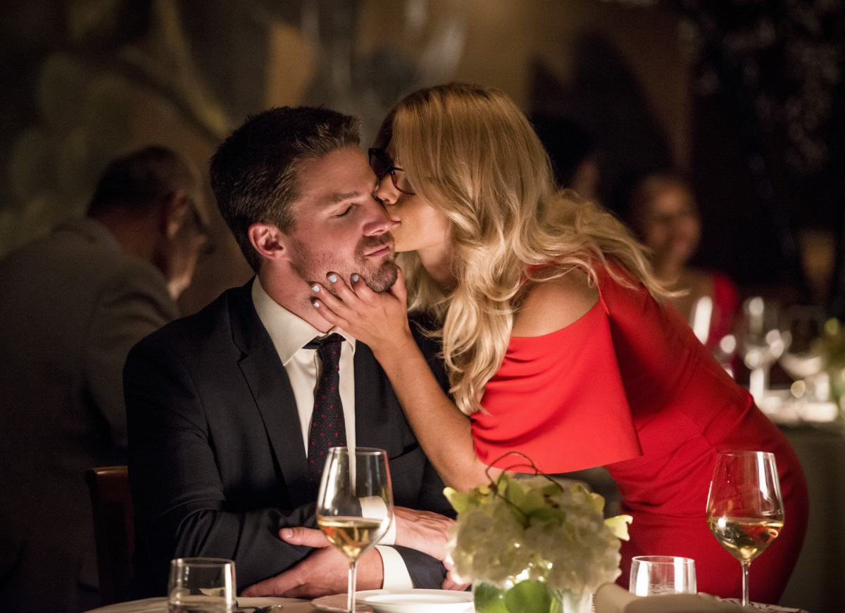 Stephen Amell y Emily Bett Rickards en Arrow de CW