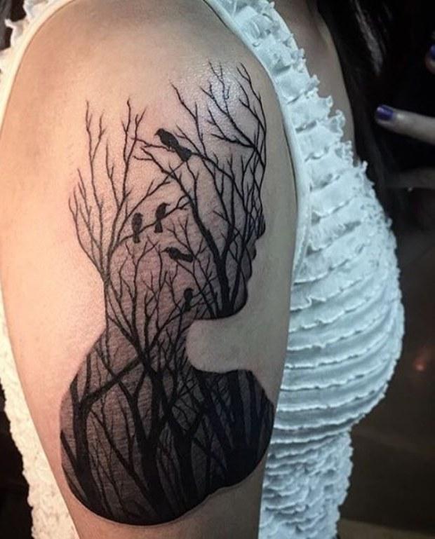 impresionante tatuaje de un arbol en el brazo de una chica