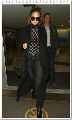 クリッシー・テイゲンは、ドロシーシューマッハのノースリーブのタートルネックを着用。