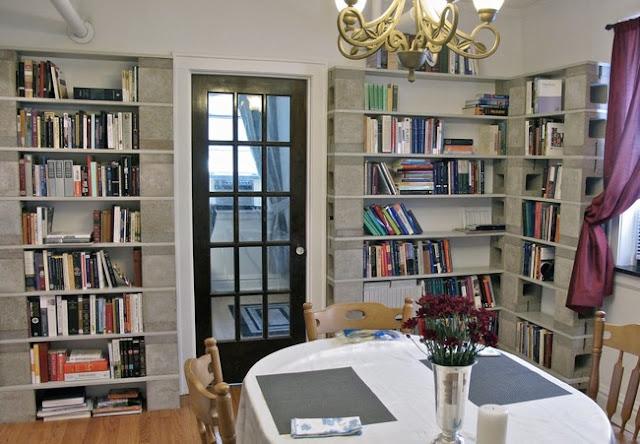 مكتبة منزلية من طوب البناء
