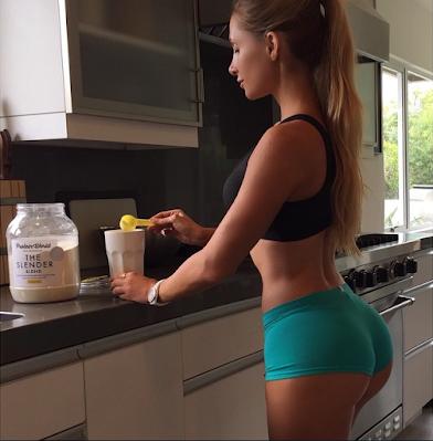 Amanda Lee jovem preparando suplemento fit