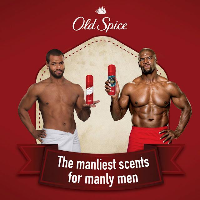 Zwei Männer mit freiem Oberkörper und verschiedene Old Spice Düfte in der Hand