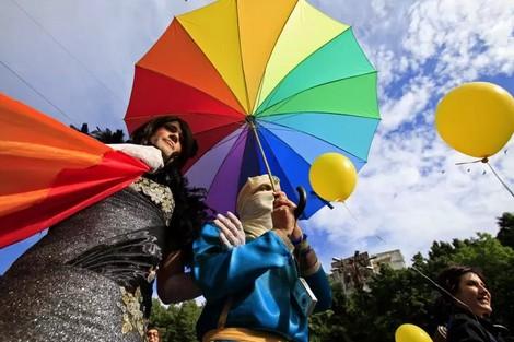 الرومانيون يصوتون في استفتاء لمنع زواج المثليين