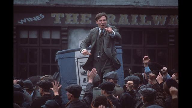 Liam Neeson interpretando a Michael Collins (1996), película sobre el líder irlandés