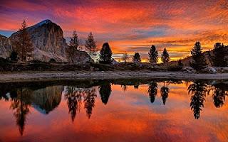 Cielo rosso con lago