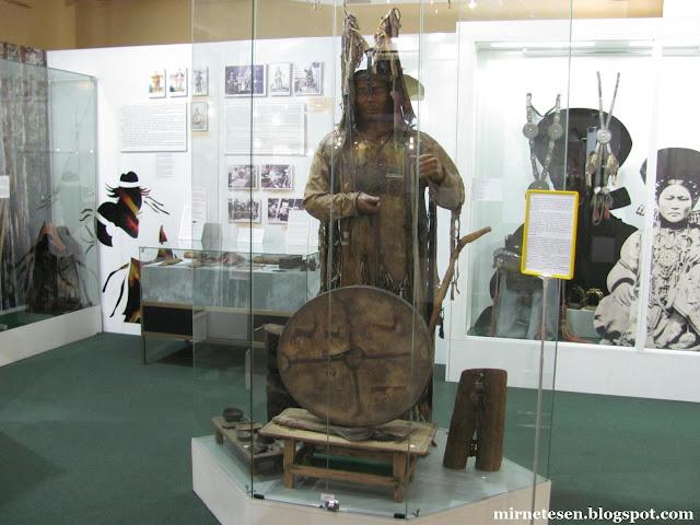 Музей истории Бурятии - костюм и бубен шамана
