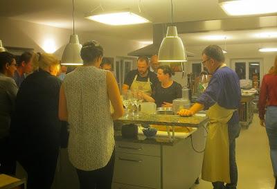 Foodcamper beim Kochen in der mobilen Kochkunst, Nürnberg