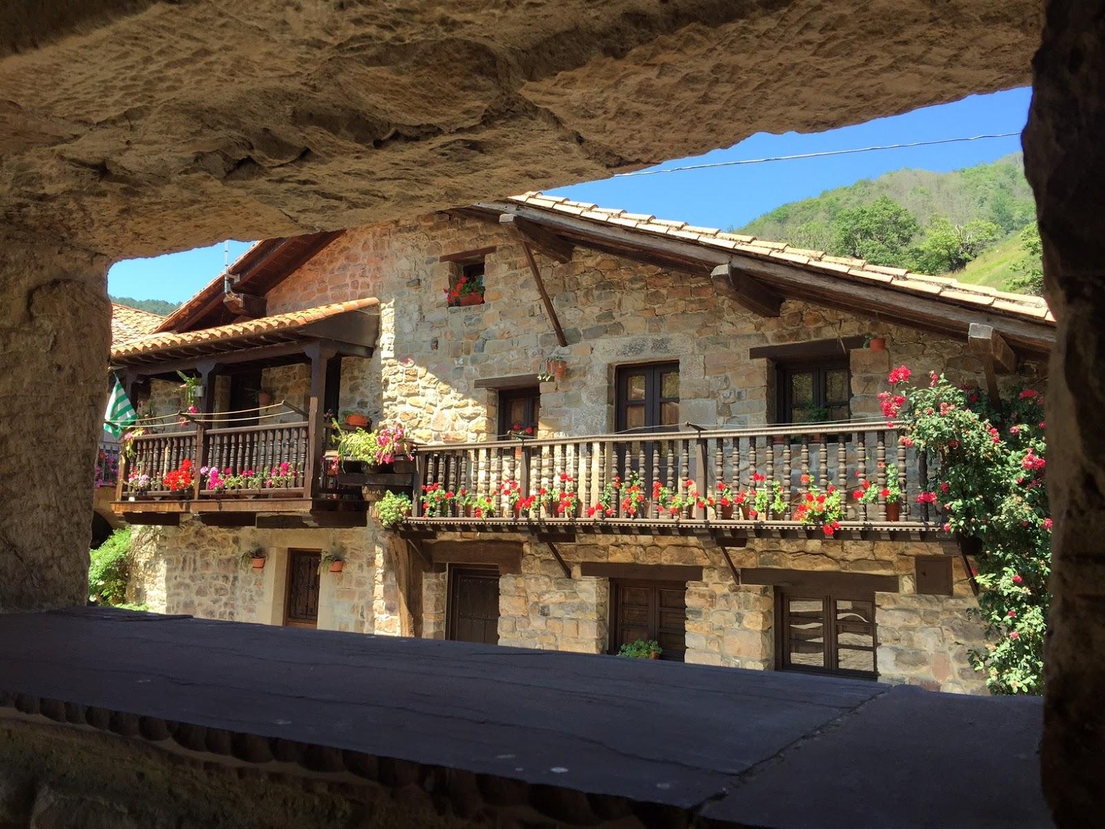 Enanos viajeros b rcena mayor un pueblo con encanto que for Casas de pueblo en cantabria