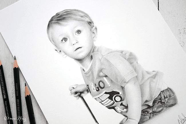 Retrato infantil hiperrealista dibujado a lápiz