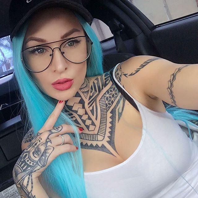 Foto de la Modelo Tessa Lizz con tatuaje de elefante en la mano