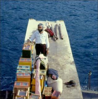 Mitsiotis, em 1980, desembarca na ilha da Vitória para a realização do primeiro teste de fecundação natural controlada de rainhas da raça Apis mellifera carniola. Foto: acervo Mitsiotis