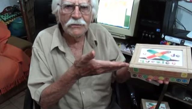 Aposentado de 86 anos cria jogo para aprender a tabuada sem decoração