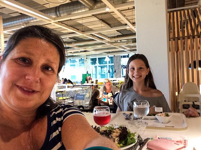 Mutter Tochter Ikea Besuch