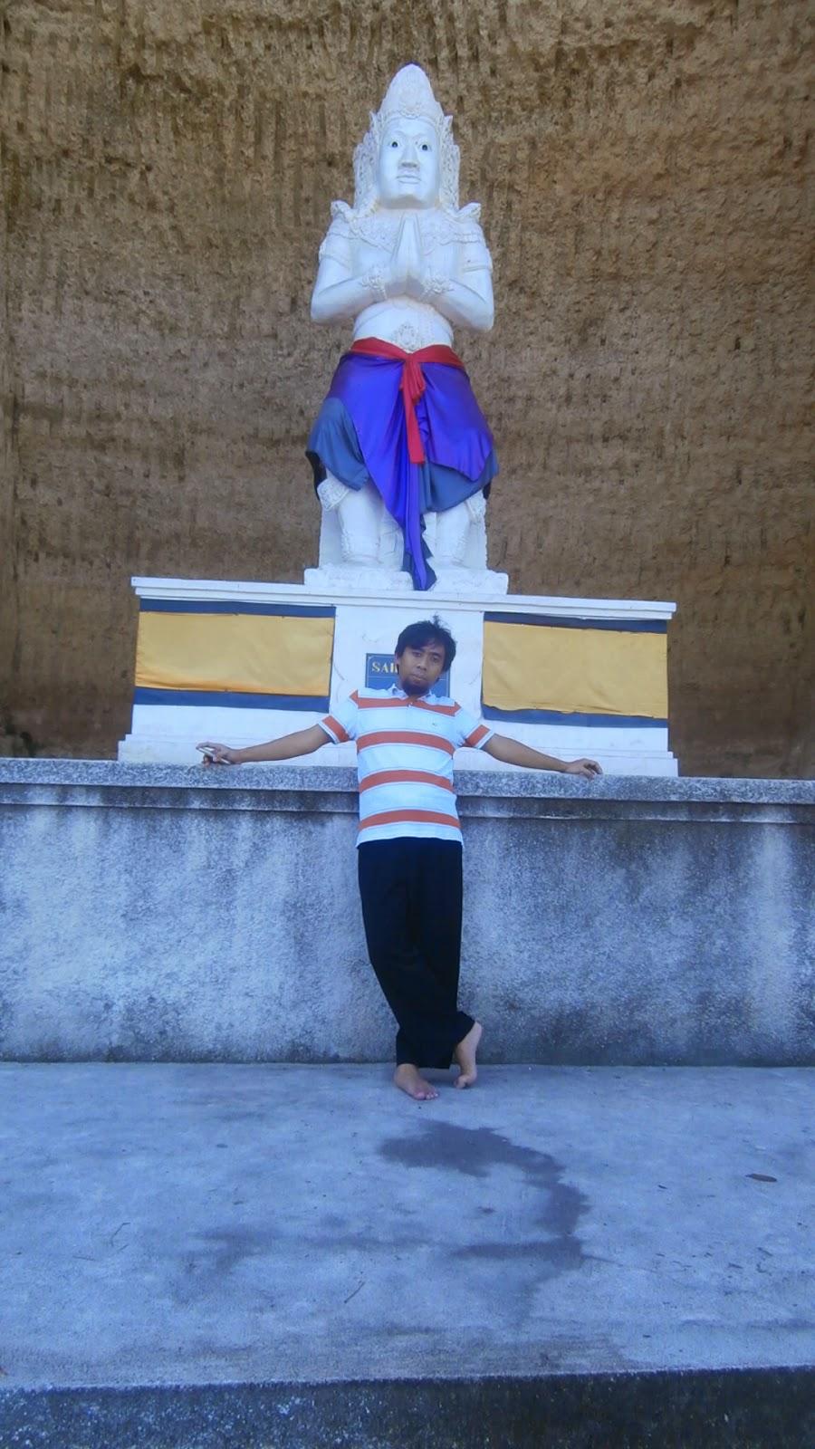 Foto di depan patung Sahadewa, Pantai Pandawa, Bali