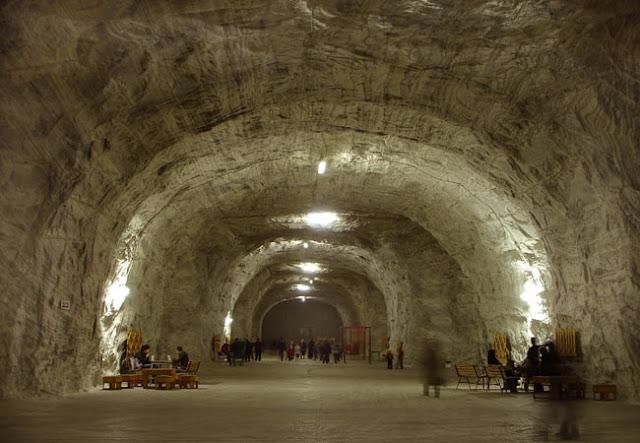 В соляных гротах Тыргу Окна на глубине 130 м устроен самый большой санаторий Европы: общая площадь лечебных залов, окаймленных высокими 8-метровыми соляными сводами, составляет 8900 м3