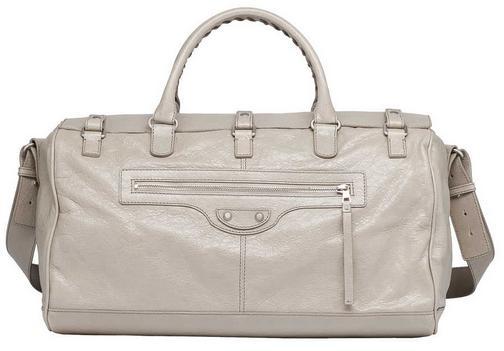 a0ff21804 Esta bolsa masculina nude é feita em couro de cordeiro, um excelente modelo  para se usar com qualquer roupa, visto que sua cor é bem neutra!