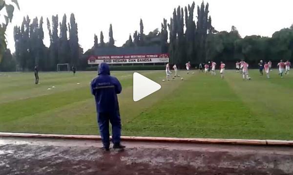 Video Ngeri! Detik-detik Para Pemain PS TNI Nyaris Tersambar Petir Saat Latihan