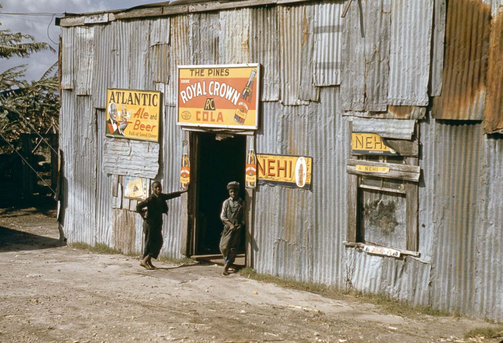 Migrant children stand outside a juke joint in Belle Glade, Florida. 1941.