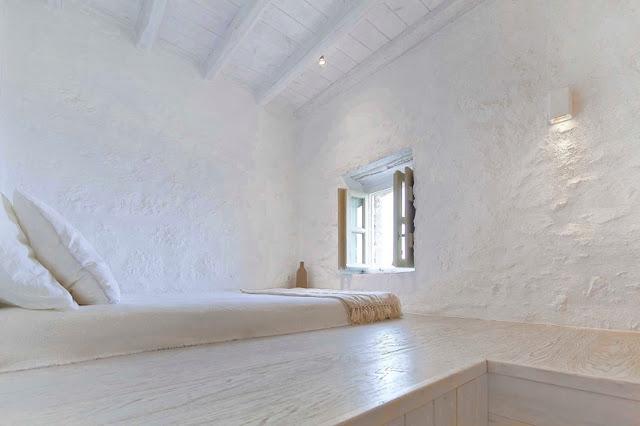 Una casa de arquitectura típicamente griega con un interior en blanco puro chicanddeco