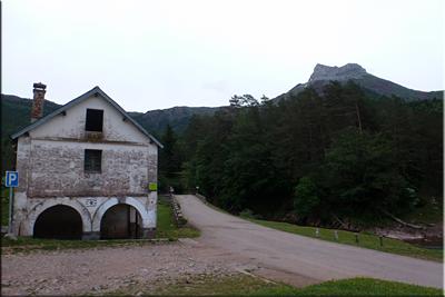Castillo de Acher visto desde el aparcamiento de Oza