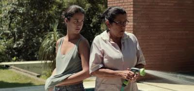 Jéssica (Camila Márdila) e Val (Regina Casé) em Que Horas Ela Volta?; filme mostra relação entre mãe e filha