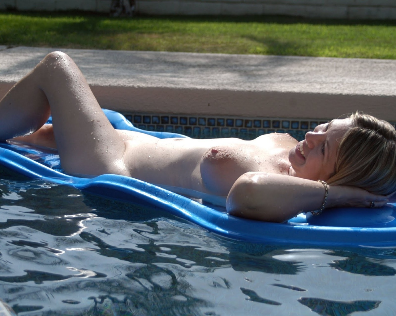 young-women-pool-nude