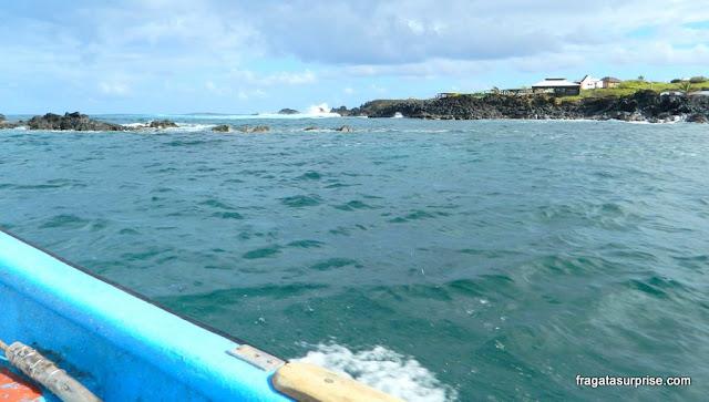Barco partindo para o passeio às ilhas sagradas dos Rapa Nui