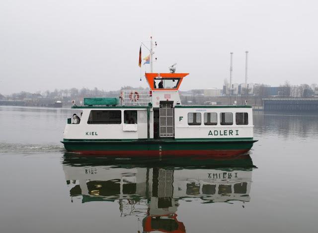 Einfach mal Fähre fahren: Mit dem Adler I von Kiel-Wik nach Holtenau und zurück. Ein toller Ausflug, auch mit Kindern: Mit der kleinsten Fähre des Nordens über den Nord-Ostsee-Kanal kreuzen. Einfach und schön, alle Details auf Küstenkidsunterwegs!