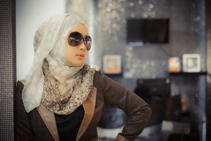 Dan berikut adalah Kumpulan Foto Wanita Berjilbab Pakai Kacamata dari  berbagai merk. 4d059e471c