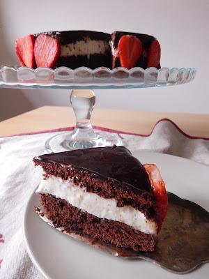 torta al cioccolato con crema al latte e glassa a specchio al cacao