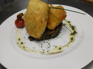 Receta de Bacalao en tempura a la miel con espinacas y frutos secos.