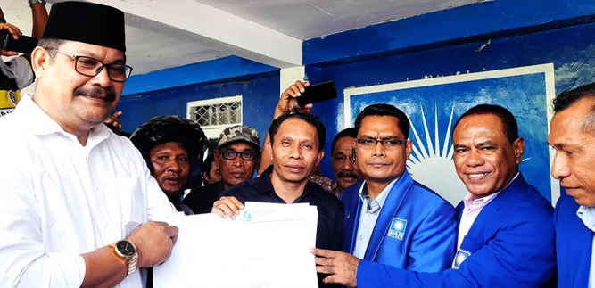 Pasangan Bakal Calon Wali Kota Tual dan Wakil Wali Kota Tual, Adhly Bandjar dan Fadila Rahawarin dengan akronim ADIL, menerima rekomendasi dari Partai Bulan Bintang (PBB) dan Partai Amanat Nasional (PAN).