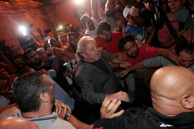 Lula é preso: ex-presidente se entrega à Polícia Federal
