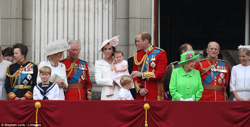 Royals fashion trooping the colour londres for Queen elizabeth balcony