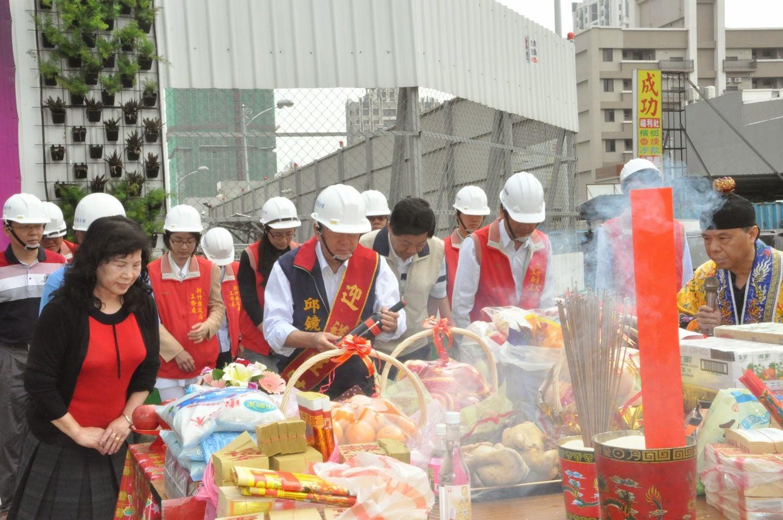 董事長國賓大悅跟董事長夫人,一起來祈求建地的平安,還有拜很多東西