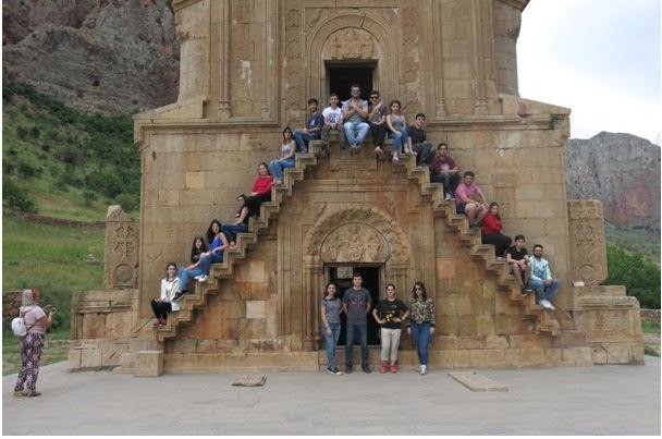 Jóvenes refugiados sirios fueron en peregrinación al monasterio de Tatev