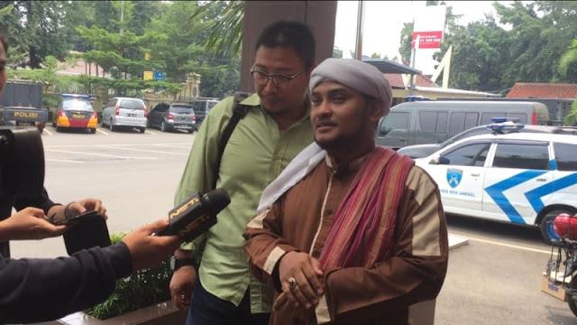 Novel Bamukmin Laporkan Pelecehan terhadap HRS di Facebook