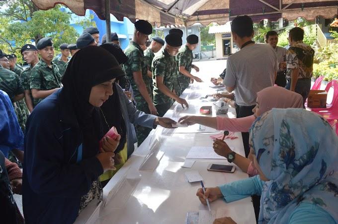 """นราธิวาส-ประชาชนชาวไทยและชาวไทยมุสลิมจำนวนมากมาต่อแถวเข้ารับบัตรคิว เพื่อลงทะเบียน """" จิตอาสาเฉพาะกิจ(+คลิป)"""