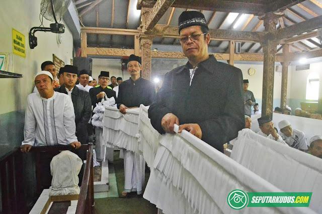 Image result for buka luwur MAKAM SUNAN KUDUS