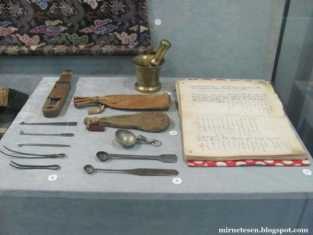 Музей истории Бурятии - книга рецептов тибетской медицины и другие врачебные предметы