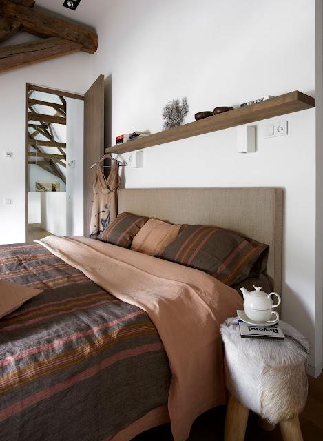 dormitor in tonuri de maro si roz