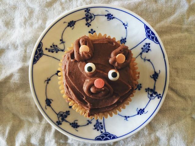 mama bear vol 1 // bananmuffins med kakaofrosting - nøddefri