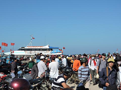 Trong 2 ngày 17 và 18/2 đã có trên 2.000 du khách chen chân mua vé hối hả để rời đảo Lý Sơn vào đất liền